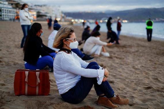 Una mujer con mascarilla en una playa de Gran Canaria.