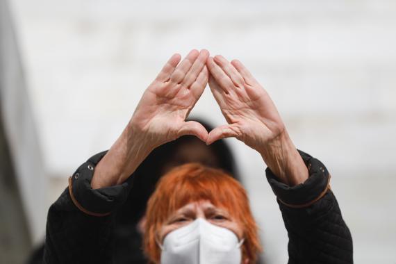 Una mujer realiza el gesto feminista durante un acto previo al 8M