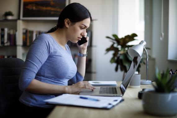 mujer trabajando ordenador, freelance