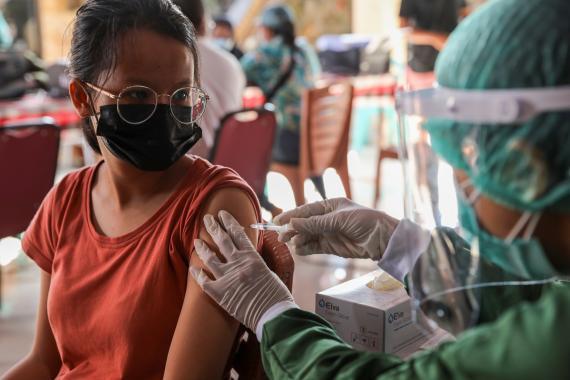 Mujer vacunada contra COVID-19.