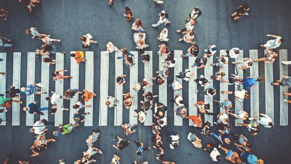 multitud caminando