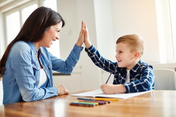 Un niño choca la mano con su madre.