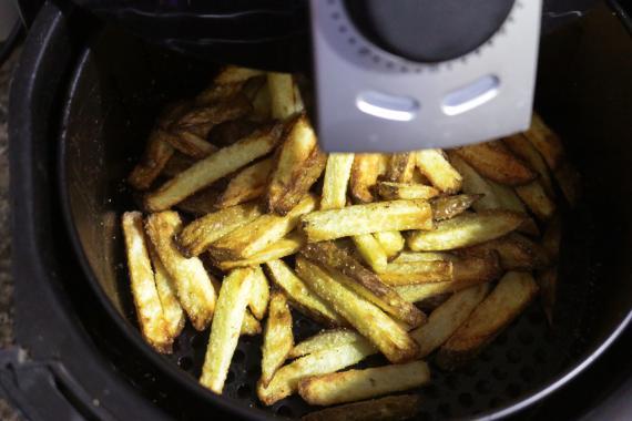 Patatas cocinadas en una freidora de aire.