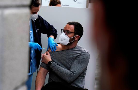 Un profesor de primaria es vacunado contra el coronavirus en San Sebastián.