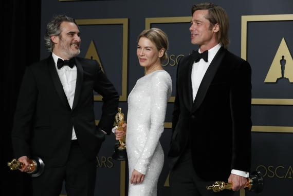 Joaquin Phoenix, Renée Zellweger y Brad Pitt, con su Oscar ganado en 2020.