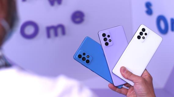 De izquierda a derecha: Samsung Galaxy A52 5G, Galaxy A52 y Galaxy A72.