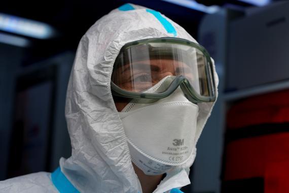 Un sanitario vestido con un equipo de protección en la pandemia del coronavirus