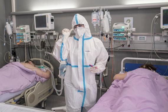 Sanitarios ateniendo a pacientes con COVID-19.