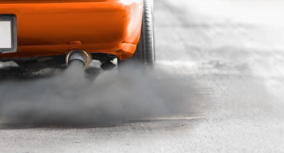 Un tubo de escape ilustra la contaminación que provocan los coches