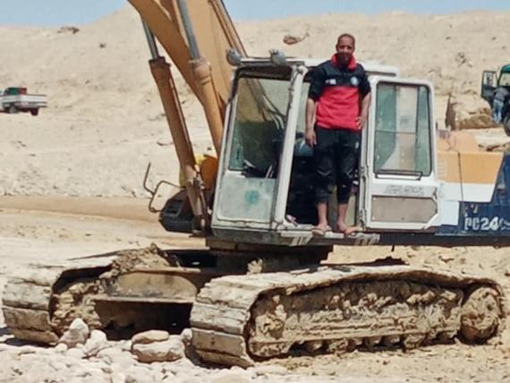 Abdullah Abdul-Gawad junto a su excavadora el 29 de marzo.