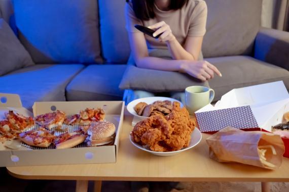 Atracón nocturno comer mal