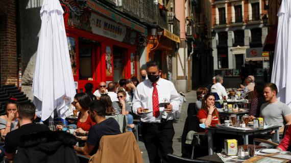 Un camarero atiende la terraza de un bar del centro de Madrid