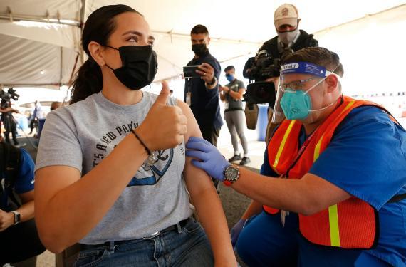 Una mujer recibe la vacuna contra el COVID-19 en un espacio de vacunación en Los Ángeles, California (EEUU) el 1 de marzo de 2021.