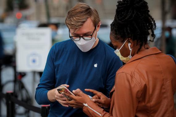 Dos personas trasteando con un iPhone