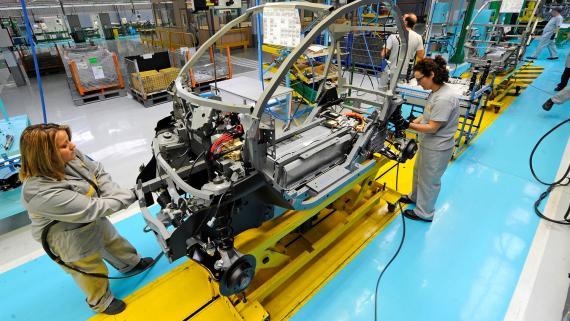 Dos trabajadoras en una línea de producción de la fábrica de Renault en Valladolid