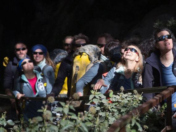 Los voluntarios abandonan la cueva de Lombrives después de pasar en ella 40 días, el 24 de abril de 2021.
