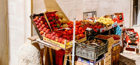 frutas y verduras puesto.