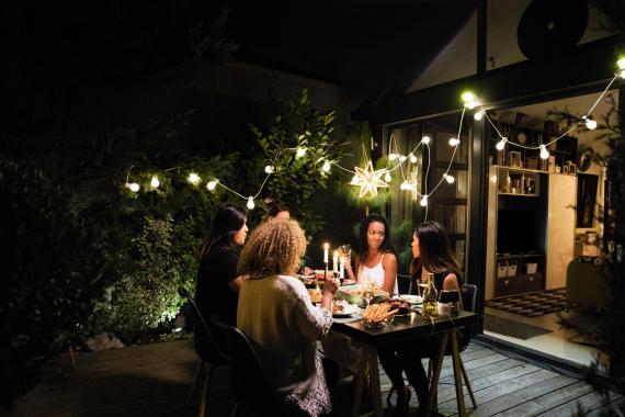 Gente en el jardin cenando