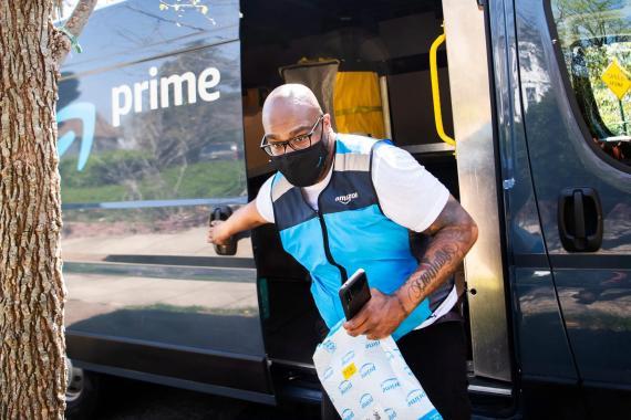 Los repartidores de Amazon suelen tener objetivos de productividad exigentes de hasta 300 paquetes al día, lo que provoca que tengan que conducir rápido, según los empleados.