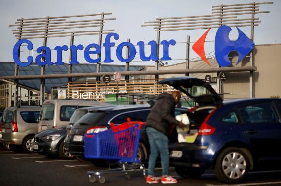 Un hombre haciendo la compra en Carrefour