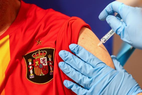 Un hombre recibe la vacuna de AstraZeneca en Madrid
