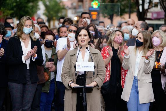Isabel Díaz Ayuso en un mitin de campaña electoral.