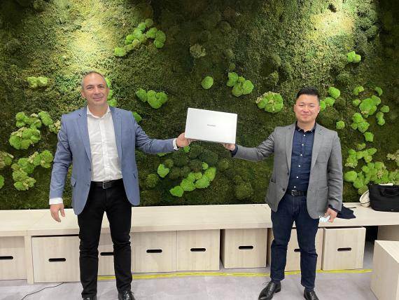 De izquierda a derecha: Jesús Sánchez, director de Consumo para el Suroeste de Europa de Intel, y Jorge Cui Liu, jefe de Producto de Dispositivos Inteligentes de Huawei Consumo en España.