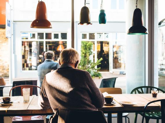 Un jubilado en una cafetería