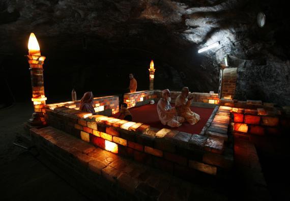 Mezquita hecha con sal de roca en las minas de sal de Khewra, Pakistán, de donde procede buena parte de la sal rosa.