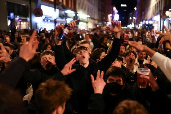 Londinenses de fiesta durante la pandemia
