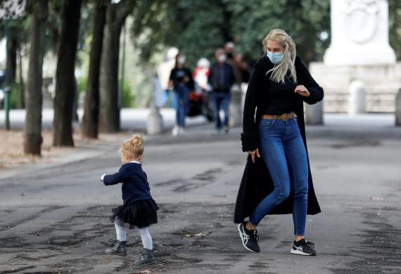 Madre e hija juegan al aire libre.