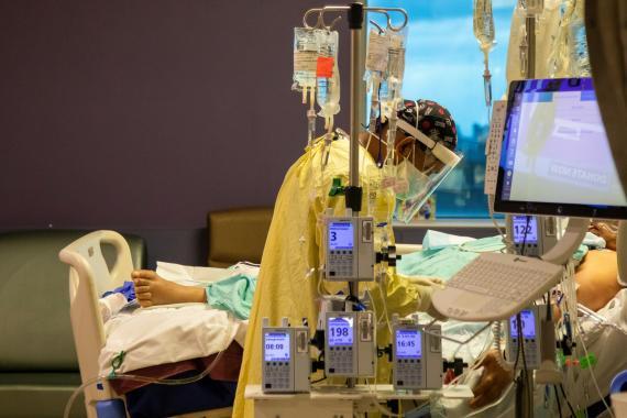 Médico en hospital tratando paciente de COVID-19