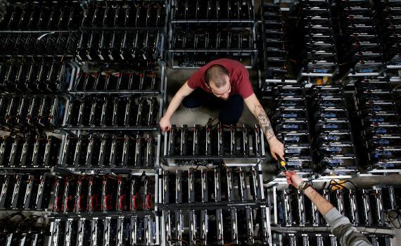 Varios empleados trabajan con ordenadores de minado de bitcoins en las instalaciones de Bitminer en Florencia.