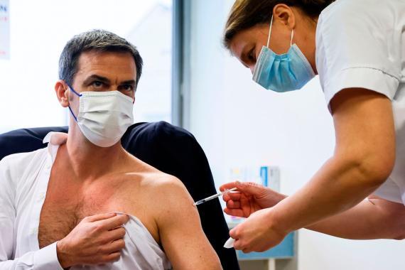 El ministro de Sanidad francés recibe la vacuna de AstraZeneca