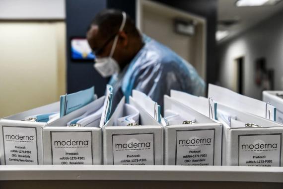 Los archivos de protocolo de la biotecnológica Moderna para las vacunas contra el COVID-19 se conservan en los Centros de Investigación de América en Hollywood, Florida, el 13 de agosto de 2020.