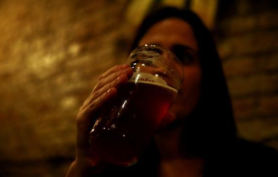 mujer bebe alcohol