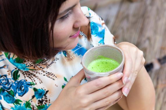 mujer bebiendo té verde matcha