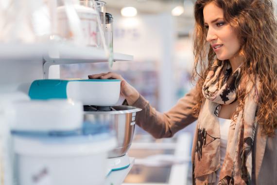 Mujer mirando para comprar un robot de cocina