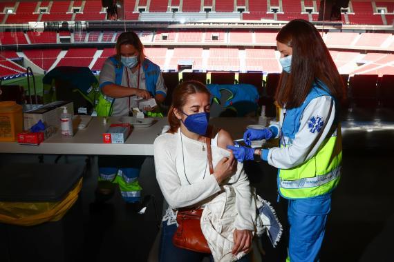 Mujer recibiendo una vacuna