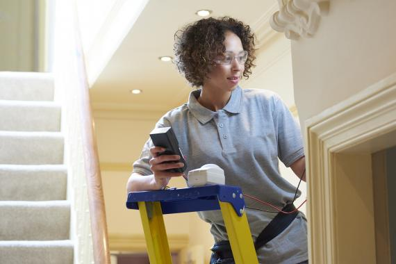 mujer técnico instalación en hogar