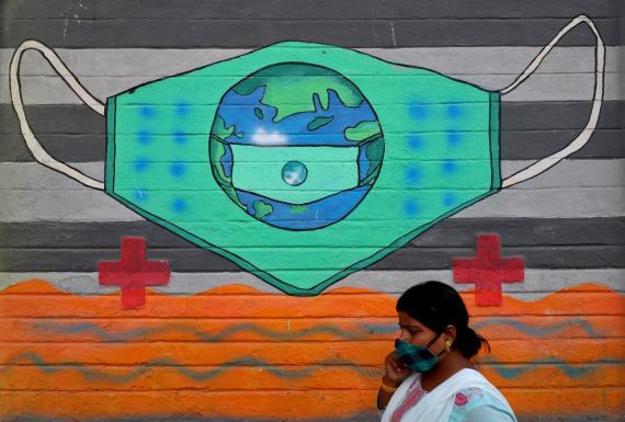 Mural del coronavirus en Mumbai