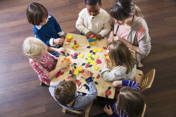 Niños jugando rompecabezas