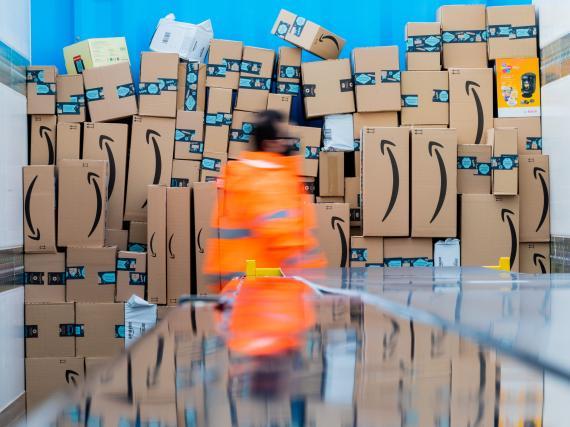 Paquetes de Amazon en un centro logístico