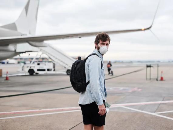 Una persona camina antes de subirse a un avión.