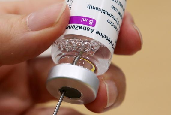 Esta es la relación de los riesgos y beneficios de la vacuna de AstraZeneca por cada grupo de edad, según un estudio
