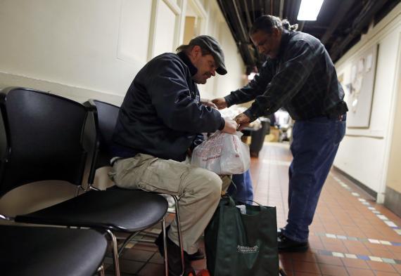 Reparto de comida en Chicago (Reuters)