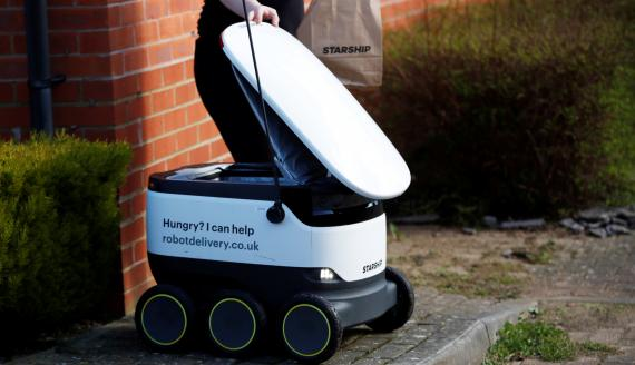 Un robot Starship entrega un pedido en Milton Keynes (Reino Unido)
