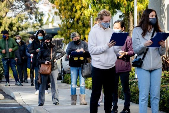 Trabajadores haciendo cola para recibir las vacunas contra el coronavirus frente al Hospital St. Rose en Hayward, California, el 8 de enero.