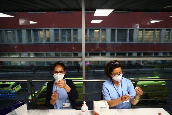 Sanitarias preparando vacunas contra el coronavirus