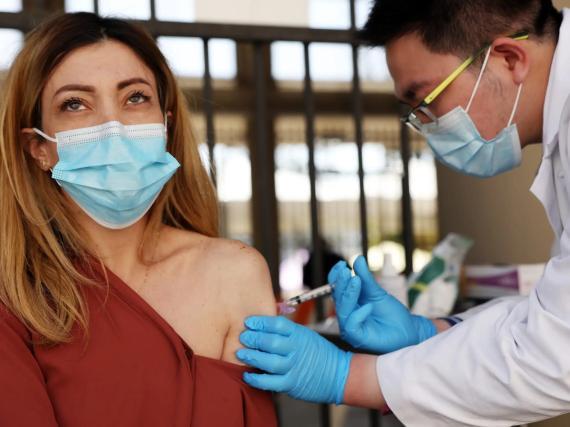 Una mujer recibe la vacuna monodosis de Johnson & Johnson en Estados Unidos.